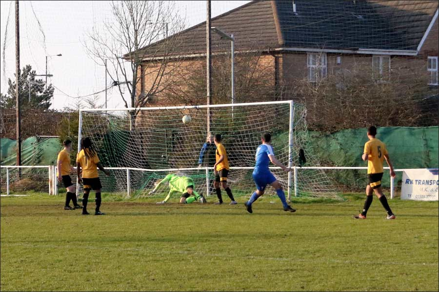 Sim Armstrong completes an outstanding first half for Jets to make it 4-0